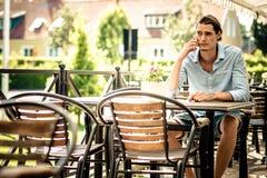 Man som talar i mobiltelefon Royaltyfri Fotografi