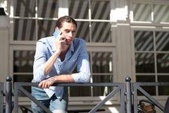 Man som talar i mobiltelefon Royaltyfri Foto