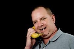 Man som talar på banantelefonen Royaltyfri Bild