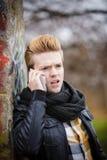 Man som talar på den utomhus- mobiltelefonen royaltyfri foto