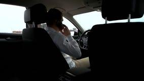 Man som talar på mobiltelefonen i bil arkivfilmer