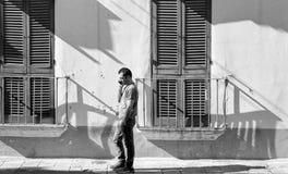 Man som talar på mobiltelefonen i Gallipoli, Italien arkivfoto