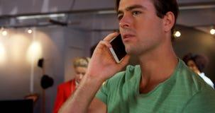 Man som talar på mobiltelefonen 4k arkivfilmer