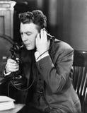 Man som talar på telefonen (alla visade personer inte är längre uppehälle, och inget gods finns Leverantörgarantier att det ska f Royaltyfria Foton