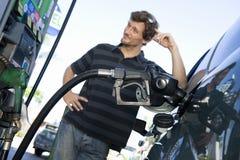 Man som tankar bilen på naturgasstationen Fotografering för Bildbyråer