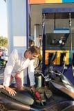 Man som tankar motorcykeln på cykeln för stationsmotorcyklistbensin Royaltyfria Bilder