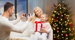 Man som tar bilden av hans familj på jul royaltyfria foton