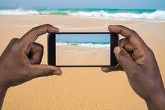Man som tar bilden med den mobila telefonen Arkivfoton