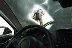 Man som tar bort snö av bilen arkivbilder