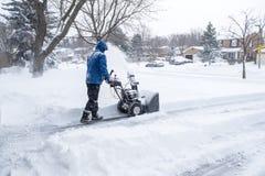 Man som tar bort snö med en Snowblower #2 Royaltyfri Fotografi