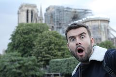 Man som tar en selfie i br?nda Notre Dame, Paris royaltyfri foto