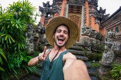 Man som tar en selfie på semestern i Asien fotografering för bildbyråer