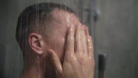 Man som tar ett tvättande hår för dusch endast med händer Duscha hemmastadd livsstil för person Ung omsorgmorgon för vuxen kropp lager videofilmer