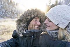 Man som tar Selfie foto unga romantiska par Forest Outdoor fotografering för bildbyråer