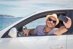 Man som tar selfie från driver'splats Royaltyfri Foto