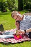 Man som äter lunch i trädgård Arkivbilder