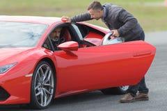 Man som testar den röda snabba bilen Royaltyfri Fotografi