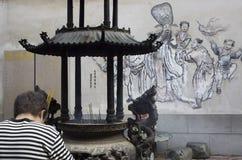 Man som tillber på den Chaotien templet Royaltyfria Bilder