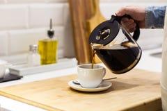 Man som tjänar som ett filtrerat kaffe royaltyfri foto