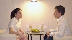 Man som tjatar på en kvinna på ett första datum stock video