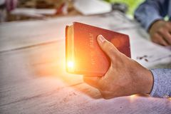 Man som trycker på den heliga bibeln royaltyfri bild
