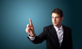 Man som trycker på en imaginär knapp på bokeh Royaltyfria Bilder