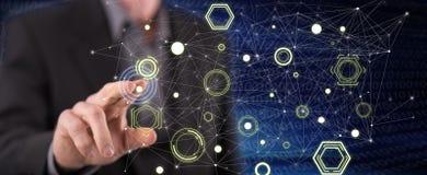 Man som trycker på ett begrepp för digitalt nätverk royaltyfri bild