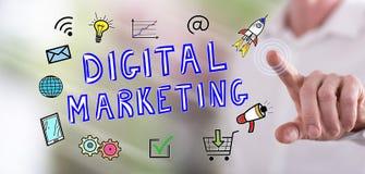 Man som trycker på ett digitalt marknadsföringsbegrepp arkivbilder