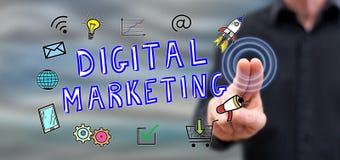 Man som trycker på ett digitalt marknadsföringsbegrepp royaltyfri bild