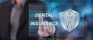 Man som trycker på ett tandvårdsförsäkringbegrepp royaltyfri fotografi