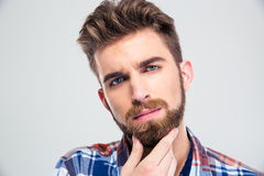 Man som trycker på hans skägg Royaltyfri Bild