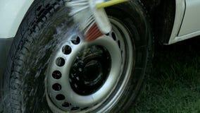 Man som tvättar bilen arkivfilmer