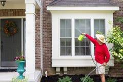 Man som tvättar bula--ut eller fjärdfönstren royaltyfri bild