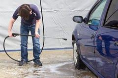 Man som tvättar hans bil på självbetjäningstationen Royaltyfri Foto