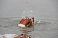 Man som tvättar sig i Ganges/Varanasi royaltyfri bild