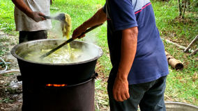 Man som två kokar för att färga process Fotografering för Bildbyråer
