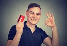 Man som tycker om kreditkortgodkännande Fotografering för Bildbyråer