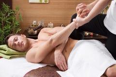 Man som tycker om massage i salong royaltyfri fotografi