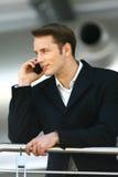 Man som tycker om med mobiltelefon l Fotografering för Bildbyråer
