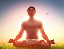 Man som tycker om meditation och yoga arkivfoto