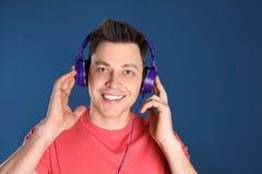 Man som tycker om musik i hörlurar royaltyfri bild