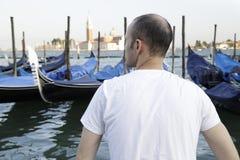 Man som tycker om sikten av gondolerna Royaltyfri Bild