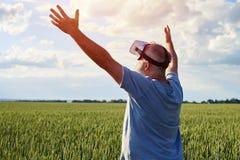 Man som tycker om virtuell verklighet Arkivfoton