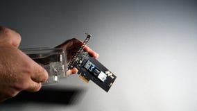 Man som unboxing Toshiba OCZ Technology rd400 royaltyfri bild