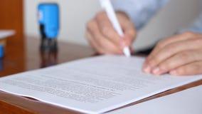 Man som undertecknar och stämplar dokument stock video