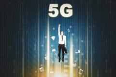 Man som uppåt flyger med symbol för nätverk 5G royaltyfria bilder