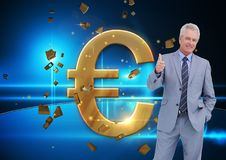 Man som upp till ger guld- euro för tummar Arkivfoto