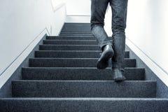 Man som uppför trappan går Fotografering för Bildbyråer