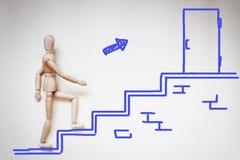 Man som uppför trappan går till dörren Royaltyfri Bild