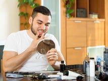 Man som upptäcker problem med tänder Arkivbild